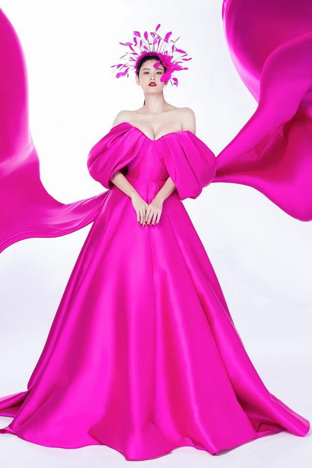 Cùng một chiếc váy mà Ngọc Trinh xinh như công chúa, Trương Quỳnh Anh lại có chút sến không hề nhẹ-1