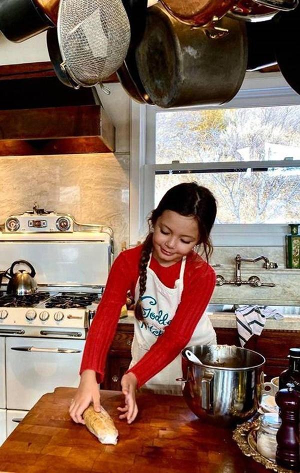 Con gái thiên thần của Diva Hồng Nhung làm bánh tặng mẹ, thành quả đẹp lạ gây ngạc nhiên-3