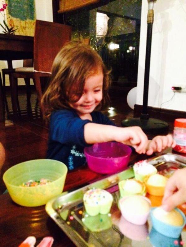 Con gái thiên thần của Diva Hồng Nhung làm bánh tặng mẹ, thành quả đẹp lạ gây ngạc nhiên-6