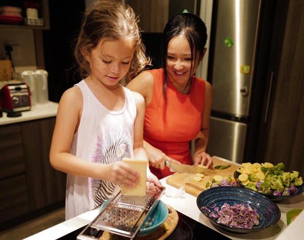 Con gái thiên thần của Diva Hồng Nhung làm bánh tặng mẹ, thành quả đẹp lạ gây ngạc nhiên-11