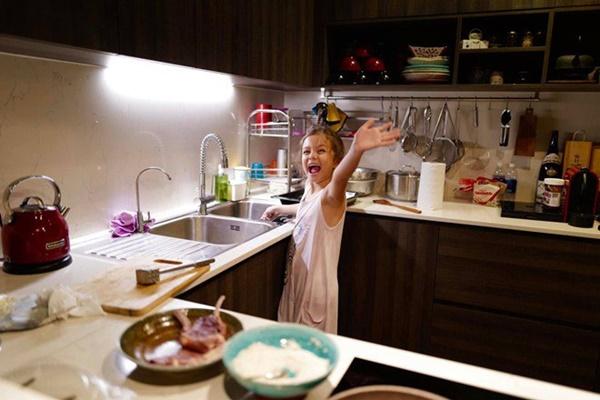 Con gái thiên thần của Diva Hồng Nhung làm bánh tặng mẹ, thành quả đẹp lạ gây ngạc nhiên-12