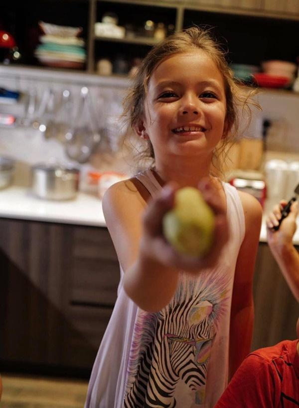 Con gái thiên thần của Diva Hồng Nhung làm bánh tặng mẹ, thành quả đẹp lạ gây ngạc nhiên-14