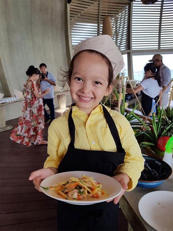 Con gái thiên thần của Diva Hồng Nhung làm bánh tặng mẹ, thành quả đẹp lạ gây ngạc nhiên-19