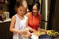 Con gái 'thiên thần' của Diva Hồng Nhung làm bánh tặng mẹ, thành quả đẹp lạ gây ngạc nhiên