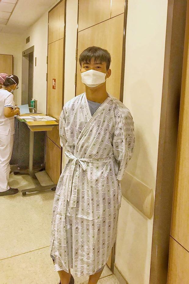 Hình ảnh đầu tiên của Duy Mạnh trước khi phẫu thuật tại Singapore, Đình Trọng nhận tin không vui sau tái khám-1