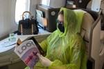 Quế Vân mặc áo mưa lên máy bay vì sợ nhiễm Covid-19: Tôi yếu phổi, chết hụt một lần nên phải bảo vệ mình bằng mọi cách-3