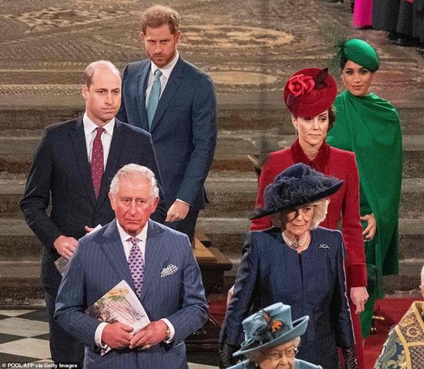 Bị chỉ trích là lạnh nhạt với em trai nhưng khoảnh khắc Hoàng tử William mím chặt môi, kiềm chế cảm xúc trước Harry khiến nhiều người phải xót xa-1