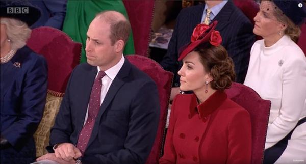 Bị chỉ trích là lạnh nhạt với em trai nhưng khoảnh khắc Hoàng tử William mím chặt môi, kiềm chế cảm xúc trước Harry khiến nhiều người phải xót xa-2