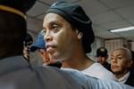 Huyền thoại Ronaldinho sống sung sướng trong tù: Thoải mái uống rượu, được bạn tù săn đón xin chữ ký-5