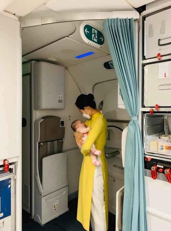 Hình ảnh nữ tiếp viên hàng không tận tình bế ẵm em bé mới 2 tháng tuổi đã phải xa mẹ về Việt Nam được nhiều người nổi tiếng chia sẻ đầy xúc động-2