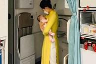 Hình ảnh nữ tiếp viên hàng không tận tình bế ẵm em bé mới 2 tháng tuổi đã phải xa mẹ về Việt Nam được nhiều người nổi tiếng chia sẻ đầy xúc động
