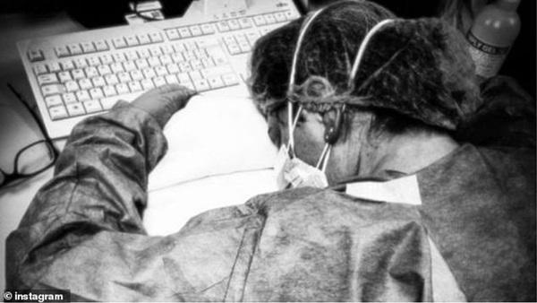 Thảm cảnh với y bác sĩ Vũ Hán tái diễn ở Italy: Nhân viên y tế tím mặt vì đeo khẩu trang, ngủ gục trên bàn vì kiệt sức-2