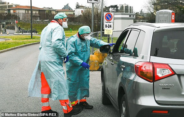 Thảm cảnh với y bác sĩ Vũ Hán tái diễn ở Italy: Nhân viên y tế tím mặt vì đeo khẩu trang, ngủ gục trên bàn vì kiệt sức-3