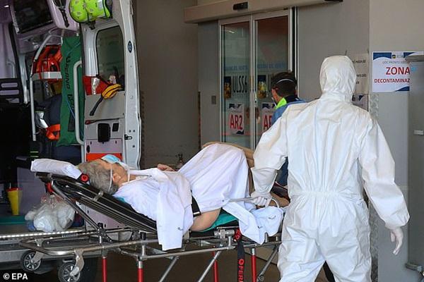 Thảm cảnh với y bác sĩ Vũ Hán tái diễn ở Italy: Nhân viên y tế tím mặt vì đeo khẩu trang, ngủ gục trên bàn vì kiệt sức-7