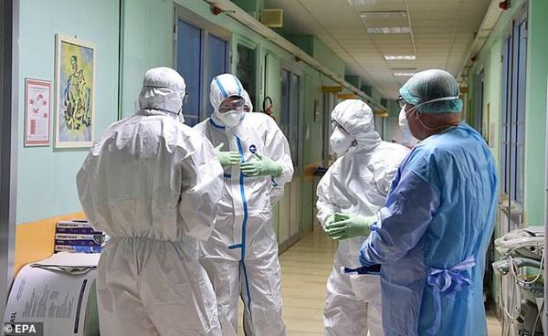 Thảm cảnh với y bác sĩ Vũ Hán tái diễn ở Italy: Nhân viên y tế tím mặt vì đeo khẩu trang, ngủ gục trên bàn vì kiệt sức-8