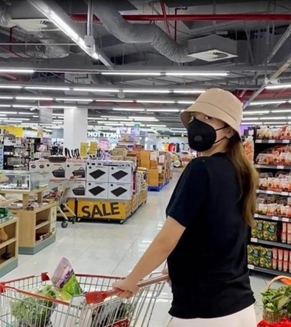 Kỳ Duyên và người tình đi siêu thị, chăm chỉ nấu ăn mùa dịch: Fan kêu khéo phải giảm cân-1
