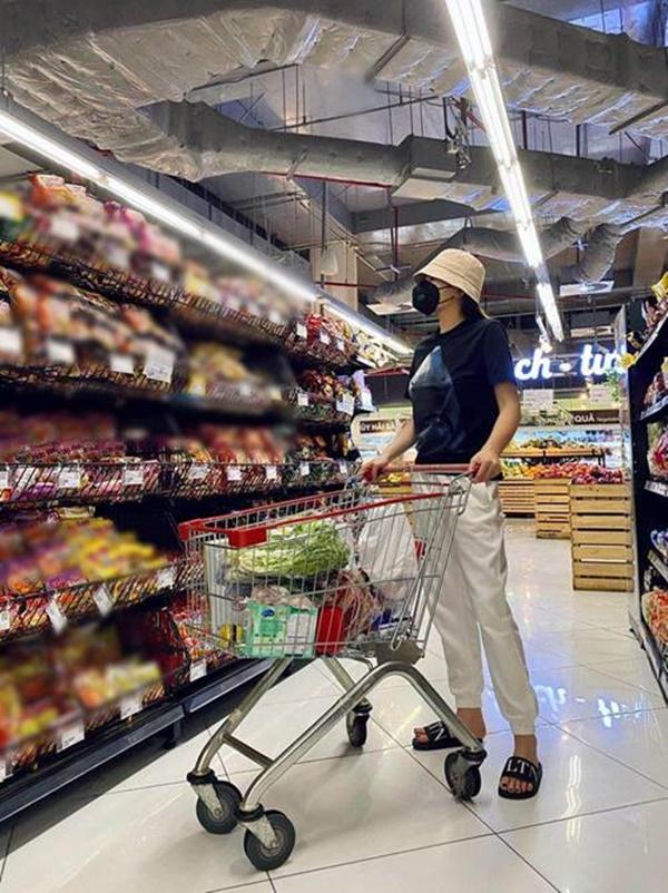Kỳ Duyên và người tình đi siêu thị, chăm chỉ nấu ăn mùa dịch: Fan kêu khéo phải giảm cân-2
