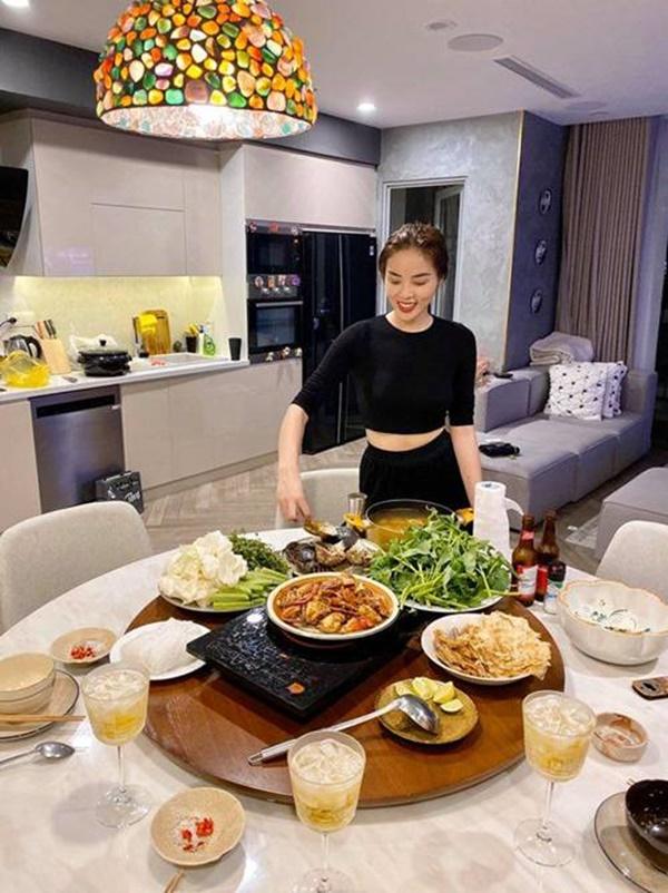 Kỳ Duyên và người tình đi siêu thị, chăm chỉ nấu ăn mùa dịch: Fan kêu khéo phải giảm cân-9