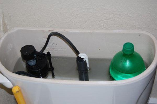 Học người Nhật bỏ chai nước vào bồn cầu, kết quả bất ngờ ai cũng muốn học theo-1
