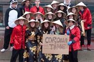 Trường học Bỉ xin lỗi vì bức ảnh đội nón lá, giơ biển virus corona