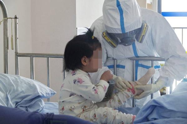 8/9 người trong gia đình mắc COVID-19 trước khi đến Nhật Bản du lịch và cuộc sống cách ly thấm đẫm tình người của 2 anh em bệnh nhi nhỏ tuổi-2