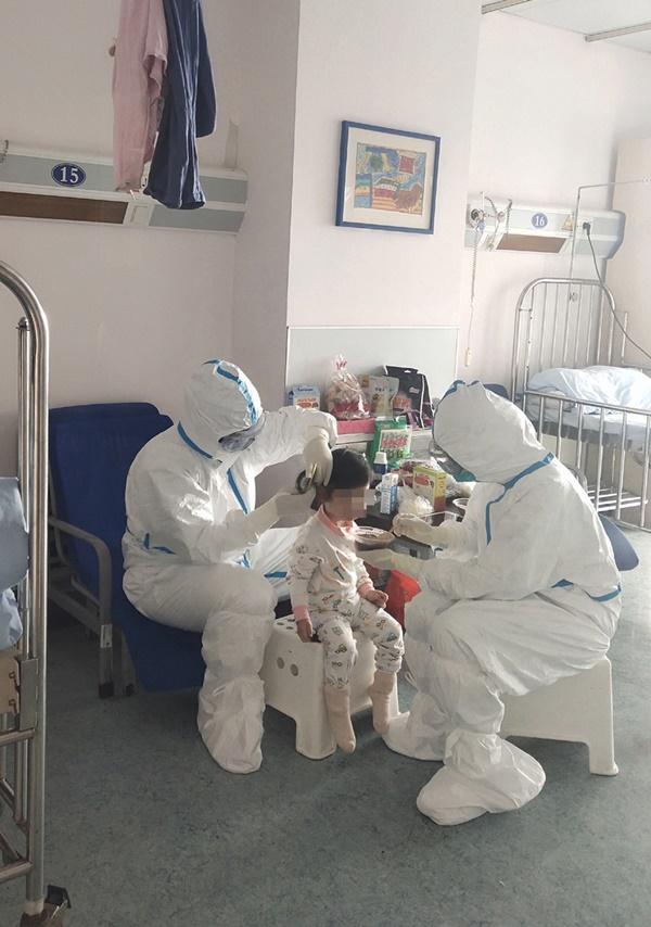 8/9 người trong gia đình mắc COVID-19 trước khi đến Nhật Bản du lịch và cuộc sống cách ly thấm đẫm tình người của 2 anh em bệnh nhi nhỏ tuổi-5