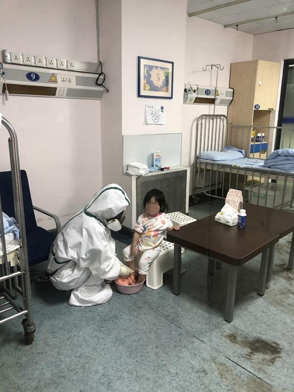 8/9 người trong gia đình mắc COVID-19 trước khi đến Nhật Bản du lịch và cuộc sống cách ly thấm đẫm tình người của 2 anh em bệnh nhi nhỏ tuổi-4