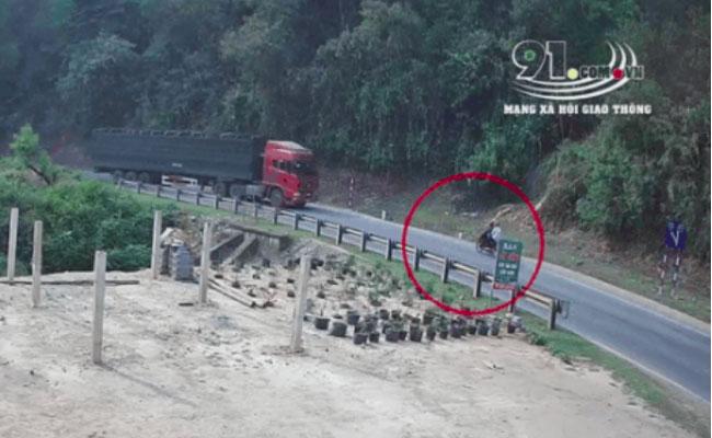 CLIP: Xe đầu kéo lao thẳng vào xe máy chở 2 thanh niên, hiện trường vụ tai nạn khiến ai nấy đều bàng hoàng-1