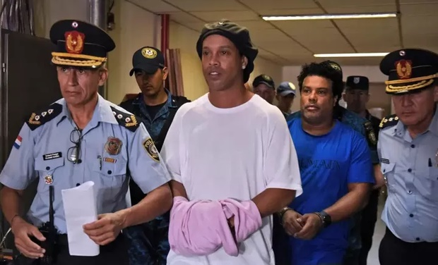 Ronaldinho đi tù và dấu chấm hết cho ngày trở về Barca-1