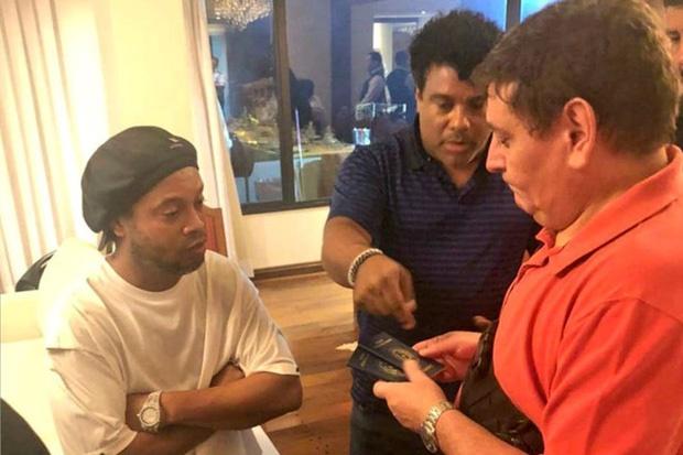 Huyền thoại Ronaldinho sống sung sướng trong tù: Thoải mái uống rượu, được bạn tù săn đón xin chữ ký-4