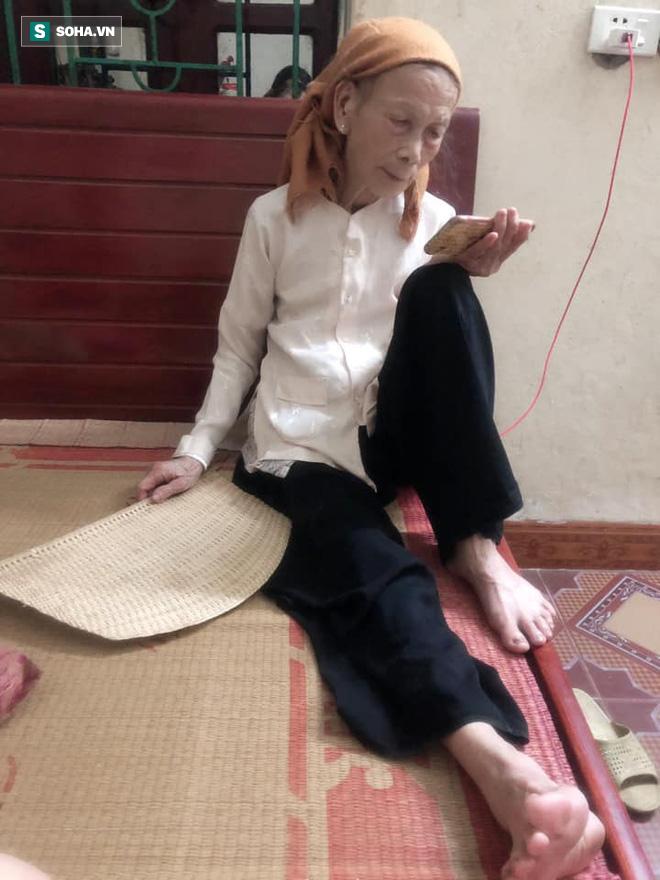 Bà ngoại 80 tuổi xuyên đêm xem phim Hàn, mỗi lần các cháu vào thăm lại có câu hỏi khiến tất cả bật cười-1