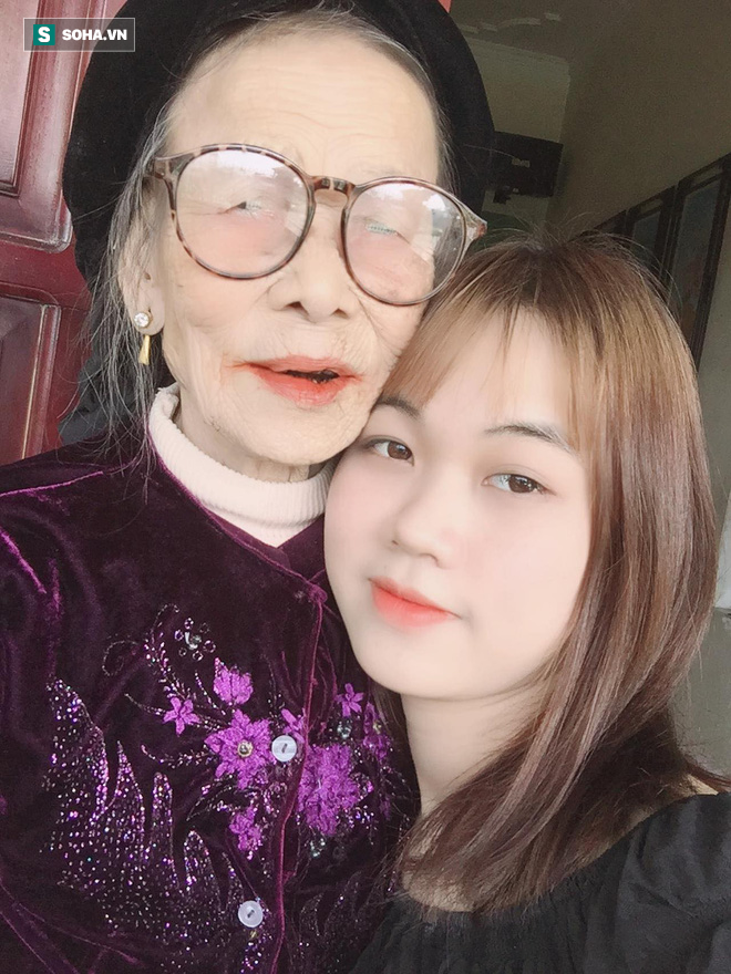 Bà ngoại 80 tuổi xuyên đêm xem phim Hàn, mỗi lần các cháu vào thăm lại có câu hỏi khiến tất cả bật cười-2