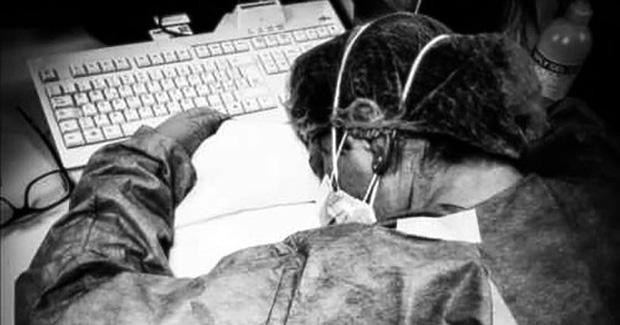 Biểu tượng chống Covid-19 ở Italy: Nữ y tá ngủ gục trên bàn, mặt đầy vết bầm vì đeo khẩu trang sau 10 tiếng đồng hồ làm việc không nghỉ-3