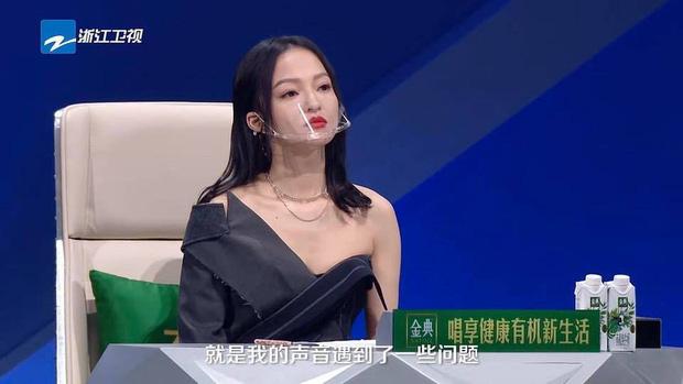 Hình ảnh gây sốt Weibo: Dàn HLV và thí sinh show thực tế đeo khẩu trang dã chiến giữa đại dịch COVID-19-2