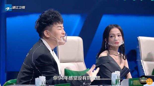 Hình ảnh gây sốt Weibo: Dàn HLV và thí sinh show thực tế đeo khẩu trang dã chiến giữa đại dịch COVID-19-1