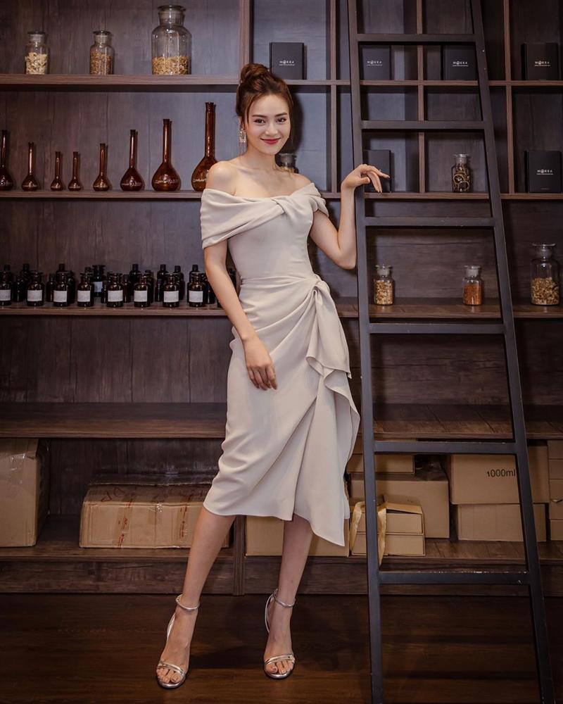 Style của Lan Ngọc rất thiếu những items kín cổng cao tường, thay vào đó là thật nhiều đồ hở vai để trông sexy mà tinh tế-7
