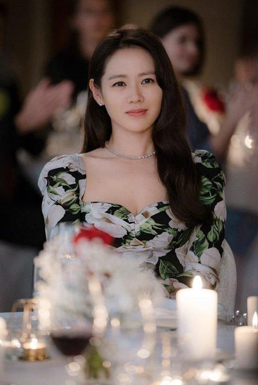 Lên phim bị váy áo che hết chứ ai ngờ ngoài đời Son Ye Jin gợi cảm, body sexy chuẩn chai coca thế này cơ mà-2
