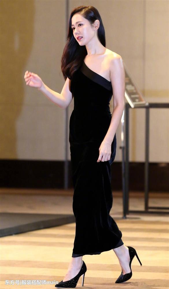 Lên phim bị váy áo che hết chứ ai ngờ ngoài đời Son Ye Jin gợi cảm, body sexy chuẩn chai coca thế này cơ mà-13