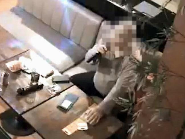 Bị nhiễm Covid-19, người đàn ông không chịu cách ly, ngang nhiên ra ngoài với tuyên bố đi reo rắc virus khiến một nữ tiếp viên quán rượu nhiễm bệnh-1