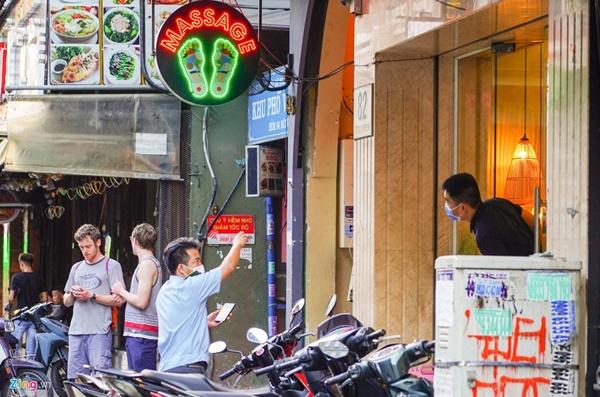 Tiệm massage tắt đèn, quán bar ở Bùi Viện đóng cửa đêm đầu tiên-2