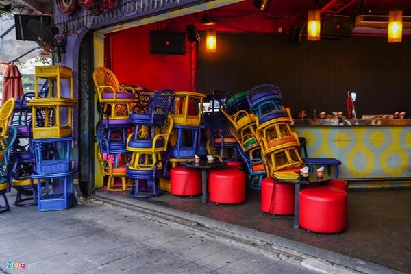Tiệm massage tắt đèn, quán bar ở Bùi Viện đóng cửa đêm đầu tiên-3