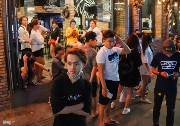 Tiệm massage tắt đèn, quán bar ở Bùi Viện đóng cửa đêm đầu tiên-7