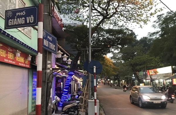 Hà Nội - nơi bệnh nhân 50 nhiễm Covid-19 sinh sống: Nhiều cửa hàng treo biển mong khách thông cảm, nghỉ bán hàng-2