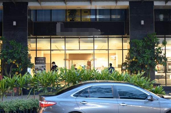 Hà Nội - nơi bệnh nhân 50 nhiễm Covid-19 sinh sống: Nhiều cửa hàng treo biển mong khách thông cảm, nghỉ bán hàng-3