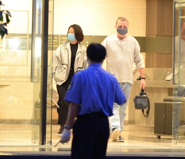 Hà Nội - nơi bệnh nhân 50 nhiễm Covid-19 sinh sống: Nhiều cửa hàng treo biển mong khách thông cảm, nghỉ bán hàng-6