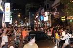 Du khách nước ngoài không đeo khẩu trang vô tư dạo phố Hà Nội giữa mùa dịch Covid-19-12
