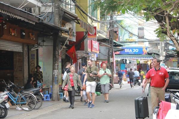 Du khách nước ngoài không đeo khẩu trang vô tư dạo phố Hà Nội giữa mùa dịch Covid-19-1