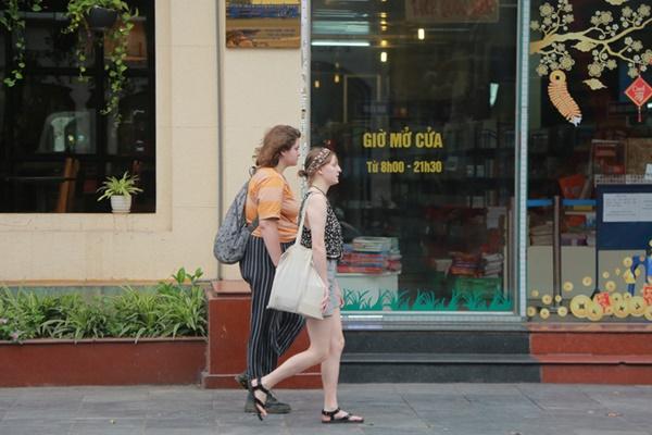 Du khách nước ngoài không đeo khẩu trang vô tư dạo phố Hà Nội giữa mùa dịch Covid-19-2