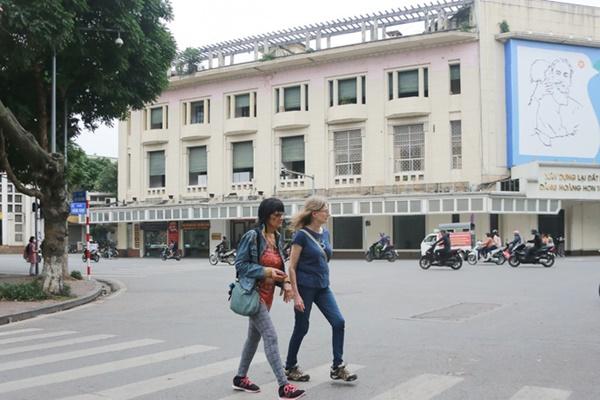 Du khách nước ngoài không đeo khẩu trang vô tư dạo phố Hà Nội giữa mùa dịch Covid-19-3