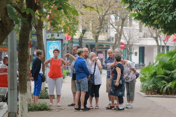 Du khách nước ngoài không đeo khẩu trang vô tư dạo phố Hà Nội giữa mùa dịch Covid-19-4